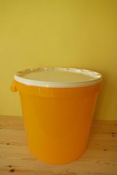 plastova-nadoba-na-med-tenkostenna-40-kg_333_394.jpg
